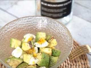 一学就会的低脂健康沙拉,用健康清爽的鸡蛋牛油果沙拉唤醒自己,这样的感觉真的好好!