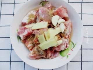 粉蒸排骨,放入胡椒粉,生抽,老抽,糖,鸡精,食用油,葱姜,鸡精等调味料。用手将排骨按摩片刻,让排骨充分吸收调味,腌制半个小时,这样比较入味。