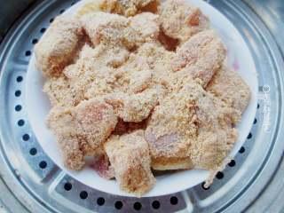 粉蒸排骨,锅内放水烧开,放一个蒸架,把裹好蒸肉粉的排骨放盆子里,放在蒸架上转小火蒸一个小时。时间差不多时。