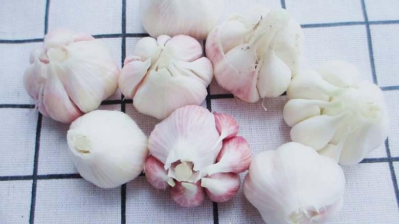 自制糖蒜,蒜剥皮,留一层薄皮,切去底部的根