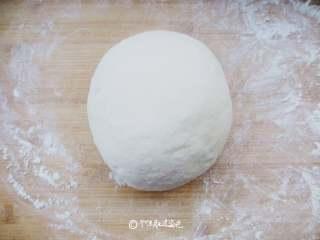 仿真土豆包,准备300克面粉、15克白糖、5克酵母粉、150克牛奶,将面粉和糖粉混合,将10克温水融合的干酵母慢慢倒入,用筷子搅拌成絮状,然后加入牛奶,一起揉成光滑的面团