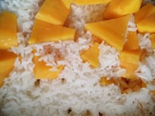 土豆闷鸡块套餐,蒸好的米饭放到一旁,开始炒菜。先处理鸡蛋