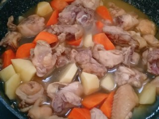 土豆闷鸡块套餐,倒入清水,没过鸡块(我的水就加少了,最后又加的)。
