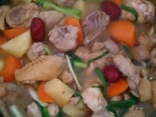 土豆闷鸡块套餐,翻动几下,继续盖盖闷15分钟左右