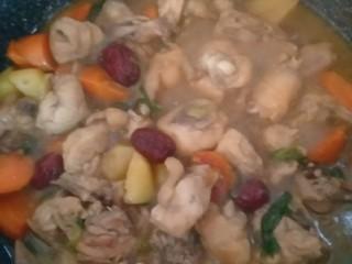 土豆闷鸡块套餐,淋入2勺生抽(老抽更好),翻动均匀,盖盖子闷5分钟。尝一下胡萝卜,熟了就可以了。