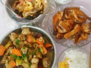 土豆闷鸡块套餐,晚餐,嘿嘿!红薯米饭真的超级好吃,有兴趣的真的可以试试哈