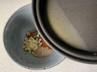 酸汤水饺,倒入照冒烟的热油,激发一下香味