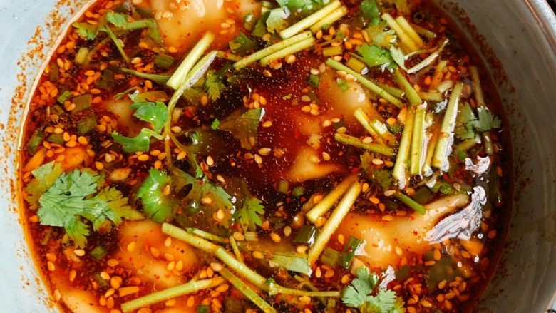 酸汤水饺,撒香菜,葱花,开吃