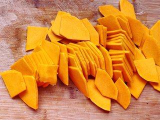 南瓜软麻花,首先将南瓜去皮洗净切成薄片,然后放入盘子里,盖上保鲜膜,用牙签戳几个洞,放入微波炉高火叮6-8分钟。