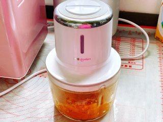 南瓜软麻花,南瓜叮熟后用料理机打成细腻的南瓜泥,南瓜泥放凉后使用。