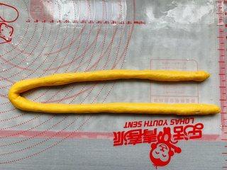 南瓜软麻花,取一个面团搓长,然后对折。