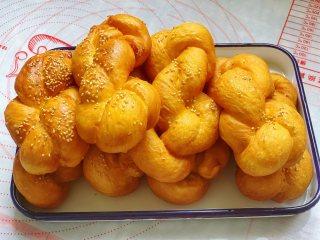 南瓜软麻花,一面炸至金黄后,再翻一面炸香,炸至两面金黄后捞出控干油。