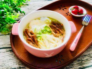 白菜荷包蛋肉丝面,面条荷包蛋连汤一起盛入碗中,放上炒好的肉丝,葱丝点缀一下。一碗好吃又营养的面就做好了。