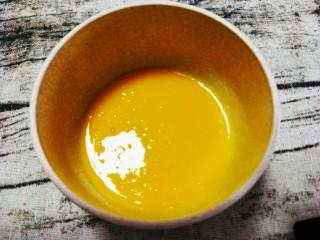 芒果布丁,蛋黄搅拌均匀