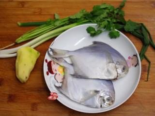 清蒸鲳鱼,备好食材,在购买鲳鱼的时候已经叫店家帮忙处理干净了,回到家准备烹调就可以了