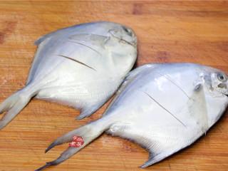 清蒸鲳鱼,将鲳鱼洗净,用厨房专用吸油纸吸干水分,两面切两刀,方便酱汁入味,在鱼身上涂抹一点盐,腌制片刻