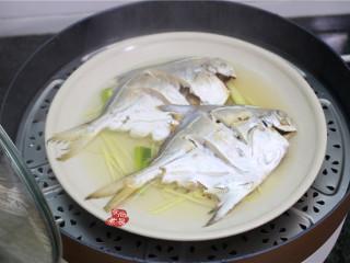 清蒸鲳鱼,将蒸熟的鲳鱼取出,倒掉水分