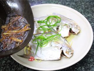 清蒸鲳鱼,将滚烫的酱汁淋在鱼身上,即时发出嗤嗤的声音