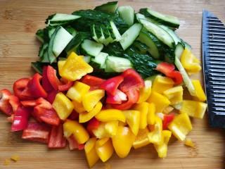 凉拌彩椒黄瓜,黄瓜,彩椒切片。