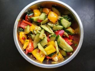 凉拌彩椒黄瓜,将做好的凉拌汁倒入大碗中拌匀。