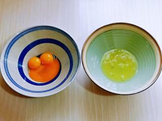 蒸蔓越莓蛋糕~电饭煲版,蛋黄与蛋白分离,分别在无油无水的容器中。