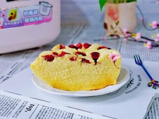 蒸蔓越莓蛋糕~电饭煲版,切了一半留下来拍照,另一半宝贝还要吃呀!蒸出来的蛋糕健康又好吃。