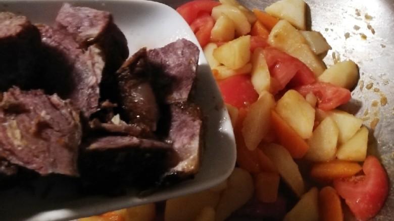 红烩牛肉土豆,放入牛肉块  倒入牛肉汤或适量清水