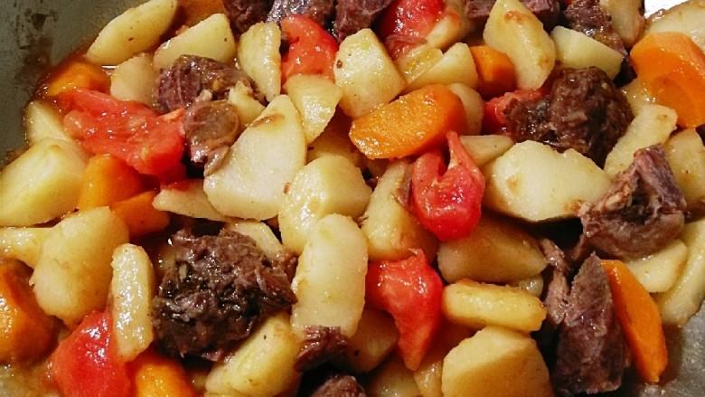红烩牛肉土豆,再焖一会儿(如果是加入了清水 再放适量盐调味)大火收汁 即可出锅