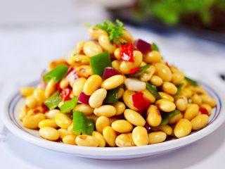 剁椒凉拌黄豆时蔬,爽口开胃健脾又营养的剁椒凉拌黄豆时蔬就做好了。
