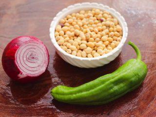 剁椒凉拌黄豆时蔬,首先备齐食材,黄豆我用的是表弟家自己种的黄豆。