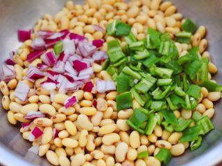 剁椒凉拌黄豆时蔬,把煮熟的黄豆,捞出沥干水分,放入一个大一点的容器里,加入切丁的洋葱和青椒。