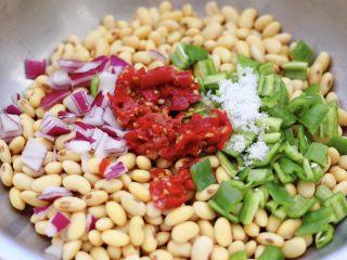 剁椒凉拌黄豆时蔬,看见所有的食材都备好后。