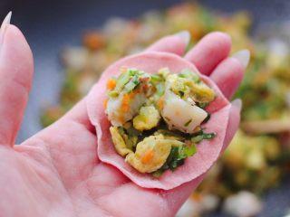 粉嫩粉嫩滴黄瓜扇贝鸡蛋饺子,擀好的面皮上,加入适量的馅料。