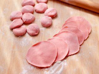 粉嫩粉嫩滴黄瓜扇贝鸡蛋饺子,摁扁后,用擀面杖擀成圆形薄面皮。