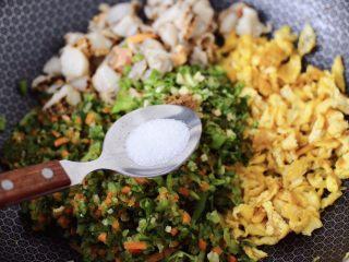 粉嫩粉嫩滴黄瓜扇贝鸡蛋饺子,再根据个人口味,加入适量的盐调味。