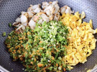 粉嫩粉嫩滴黄瓜扇贝鸡蛋饺子,把剁碎的黄瓜和胡萝卜,放入炒鸡蛋的锅中,放入扇贝和葱姜香菜末。