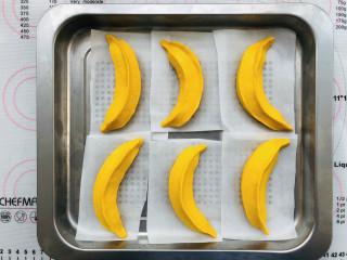 香蕉馒头,造型做完以后把香蕉馒头稍微弯曲一下,有个弧度会更像。然后30度的温度发酵到原体积的2倍大。时间大约需要半小时