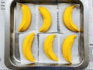 香蕉馒头,用手指按侧面,下压的面不会回缩,就是发酵好了。