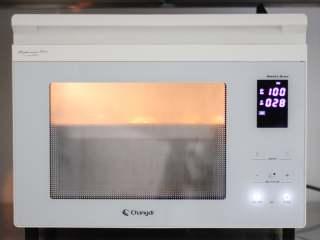 香蕉馒头,我是用的蒸烤箱蒸的,觉得会更加方便一些。全程不用管。到了时间就自动好了。如果是烧水蒸锅蒸的话,大约需要在发酵的25分钟开始烧水,水烧开开始蒸13分钟,关火以后再焖3分钟