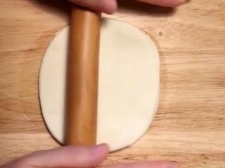 鸡肉卷,两片重叠擀成薄饼