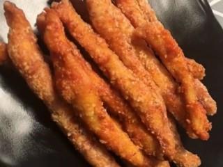 鸡肉卷,炸至金黄熟透捞出