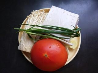 茄汁金针菇炖豆腐,准备食材洗净,豆腐是两元钱的,番茄是一个大的。