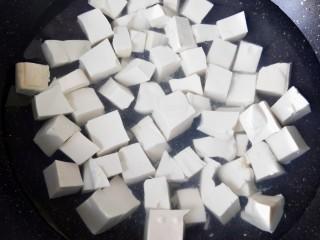 茄汁金针菇炖豆腐,豆腐锅内焯水两分钟捞出。