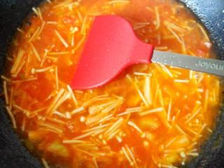 茄汁金针菇炖豆腐,放入清水。