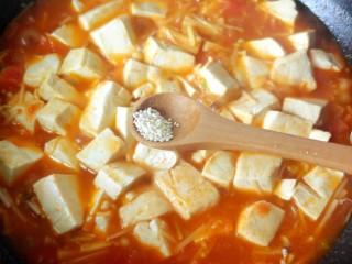 茄汁金针菇炖豆腐,烧开后汤汁变浓,放胡椒粉鸡精。