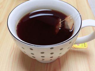 奶茶三兄弟,泡红茶,用两包红茶包,开水泡茶待用。