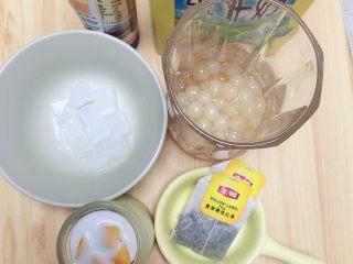奶茶三兄弟,准备好食材。珍珠、布丁、红茶包、炼乳、牛奶。