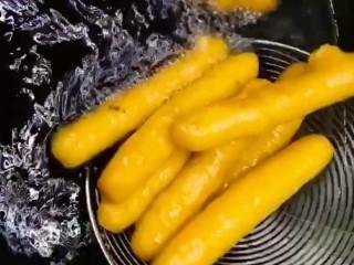 自制小零食,小火慢炸炸至飘起金黄酥脆捞出控油
