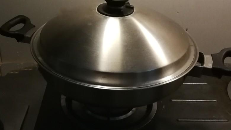 红烩牛肉土豆,最好盖上盖子  中小火 焖一会儿  土豆会快速成熟