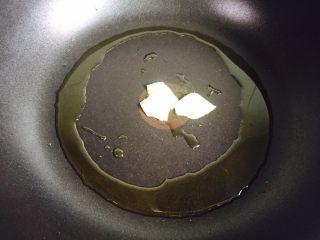 蚝油虾皮炒冬瓜,起油锅放入姜片爆香
